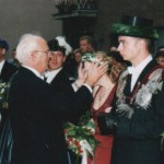 Pfarrer Heinrich Wolsing krönt die neue Königin Michaela Henseler