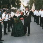Das neue Königspaar nimmt die Parade ab