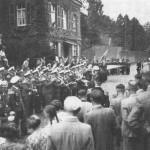 Schützenzug mit dem Flakmusikcorps beim Fahnenschwenken auf der Kinkelstraße, 1939